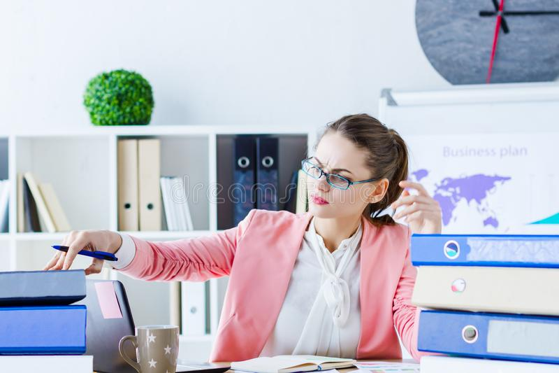 Riuscita donna di affari all'ufficio moderno immagini stock libere da diritti