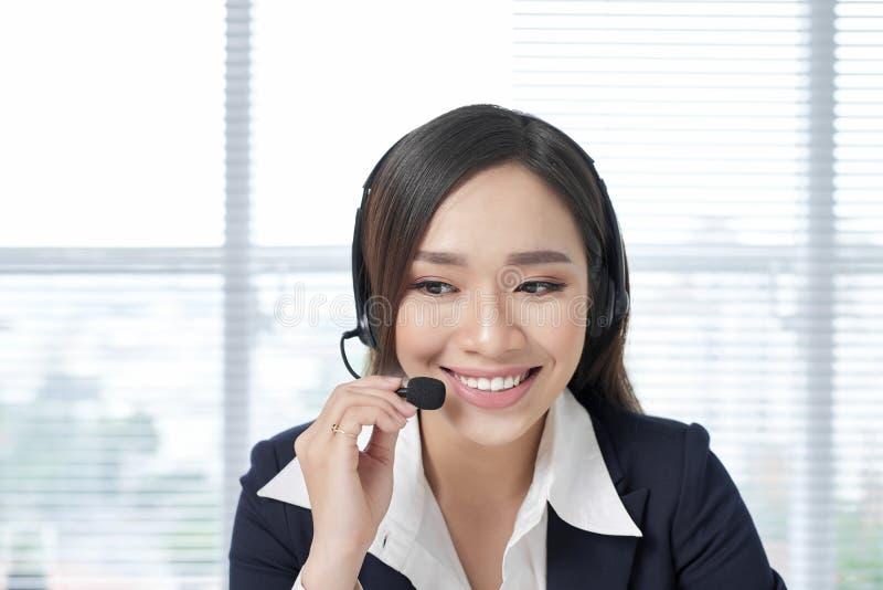 Riuscita donna di affari che lavora all'ufficio fotografia stock libera da diritti