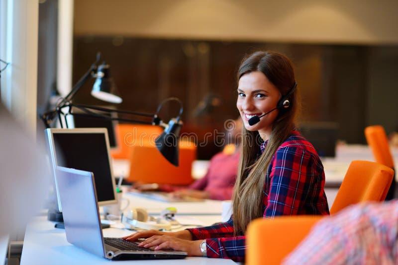 Riuscita donna di affari che lavora all'ufficio immagine stock libera da diritti