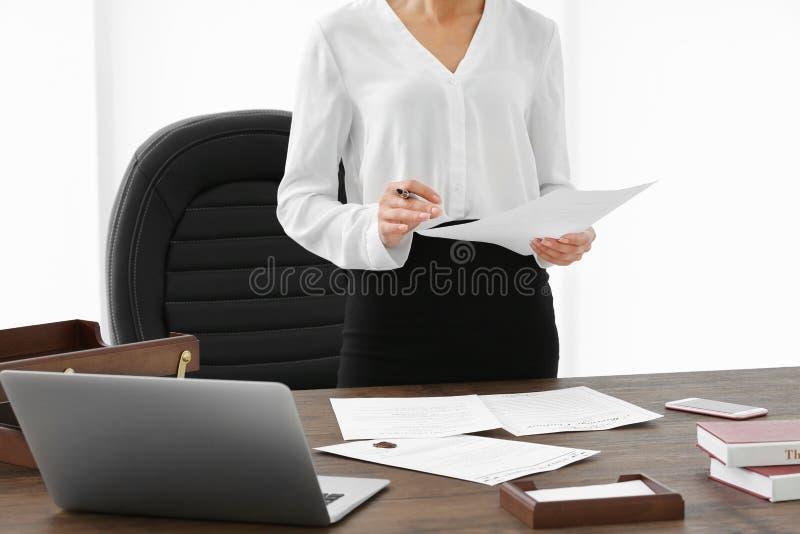 Riuscita donna di affari che lavora con i documenti in ufficio, fine su fotografia stock libera da diritti