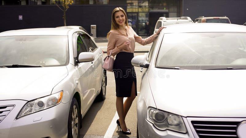 Riuscita donna di affari che sorride e che posa per la macchina fotografica, la fiducia e l'eleganza immagini stock