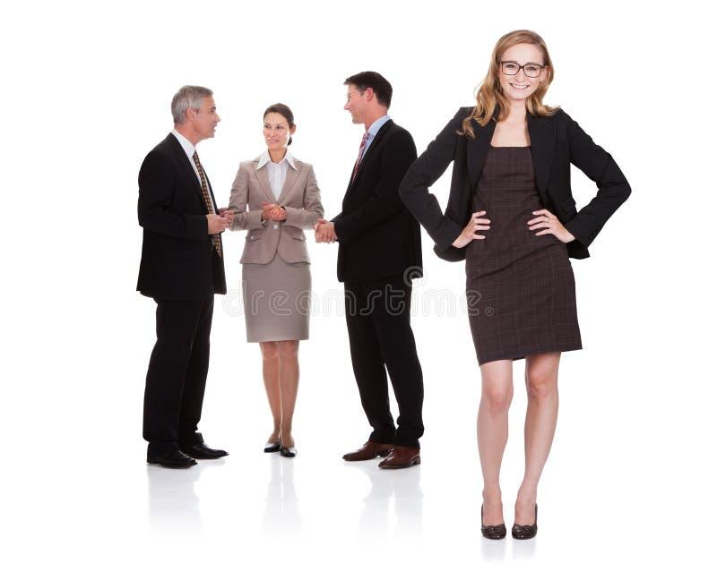 Riuscita donna di affari con il suo gruppo fotografie stock