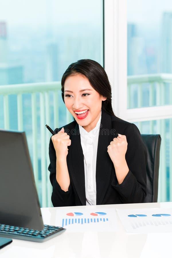 Riuscita donna di affari Looking At Computer fotografia stock