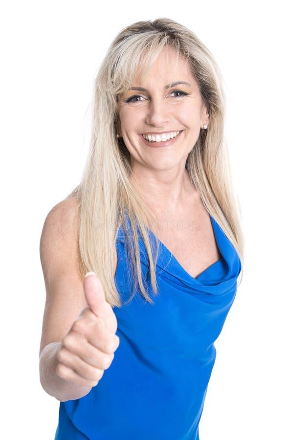 Riuscita donna di affari matura bionda isolata con il pollice su fotografia stock libera da diritti