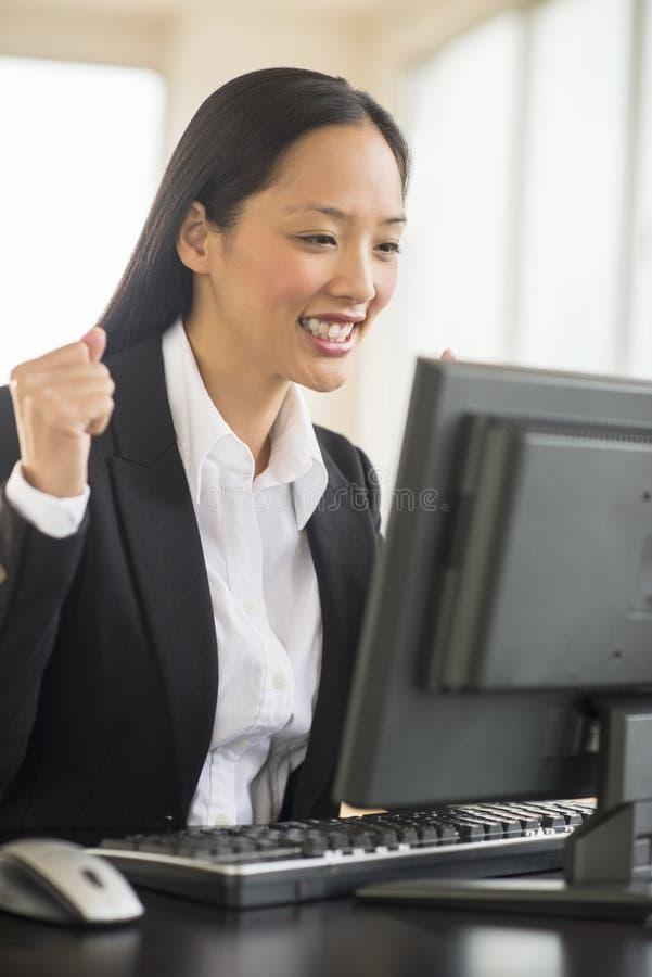 Riuscita donna di affari Working On Computer fotografia stock libera da diritti