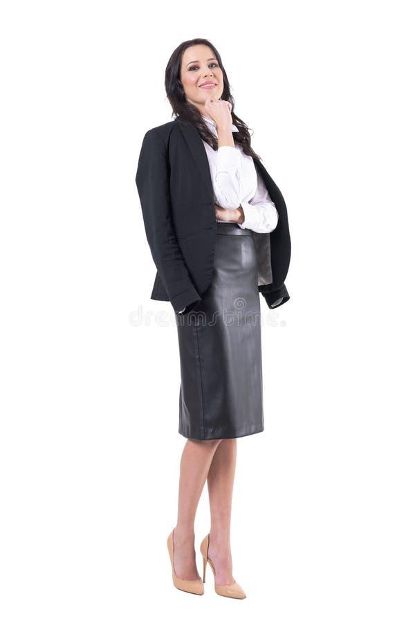Riuscita donna moderna alla moda di affari in gonna e rivestimento di cuoio neri del vestito fotografie stock libere da diritti