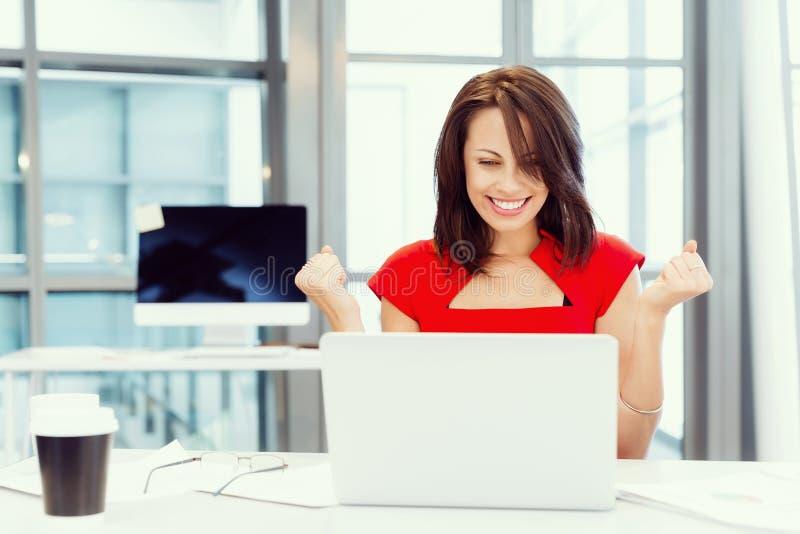 Riuscita donna moderna di affari immagini stock