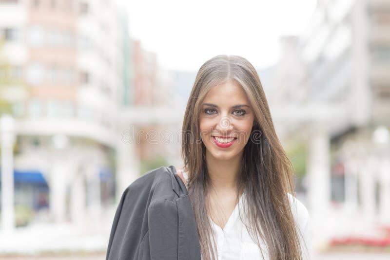 Riuscita donna sorridente di affari nella via immagini stock libere da diritti