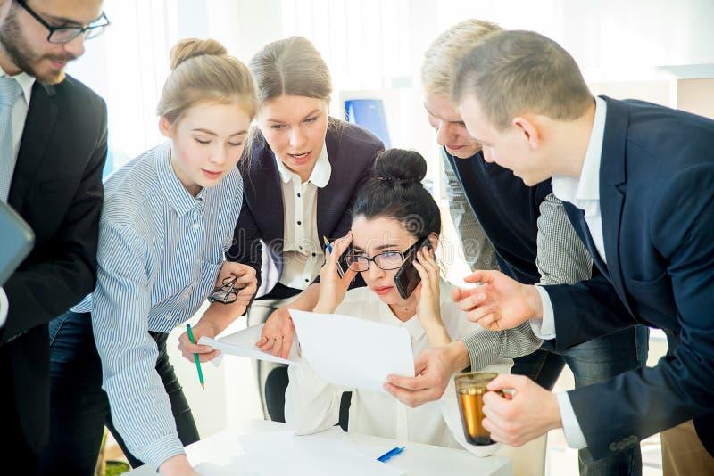 Riuscita elaborazione multitask della donna di affari immagini stock