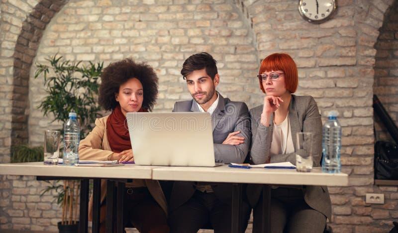 Riuscita gente di affari che confronta le idee sulla riunione immagine stock
