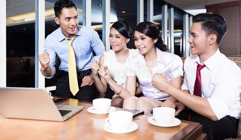 Riuscita gente di affari felice in ufficio fotografie stock