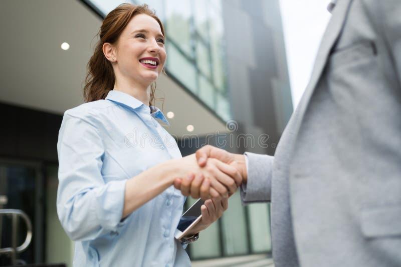 Riuscita gente di affari di handshake che chiude un affare immagine stock