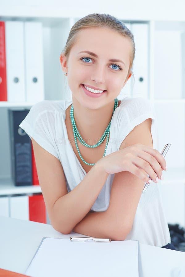 Riuscita giovane donna sorridente che offerring per partecipare ad una partenza fotografia stock libera da diritti