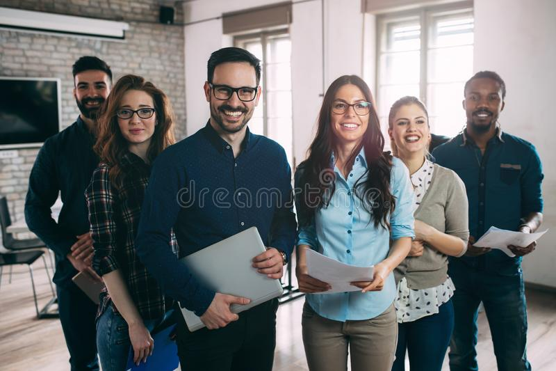 Riuscita società con i lavoratori felici fotografie stock libere da diritti