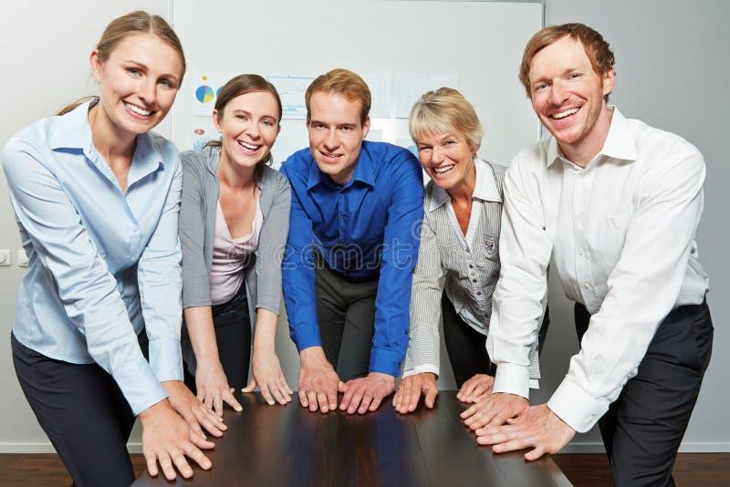 Riuscita squadra di affari in ufficio fotografia stock