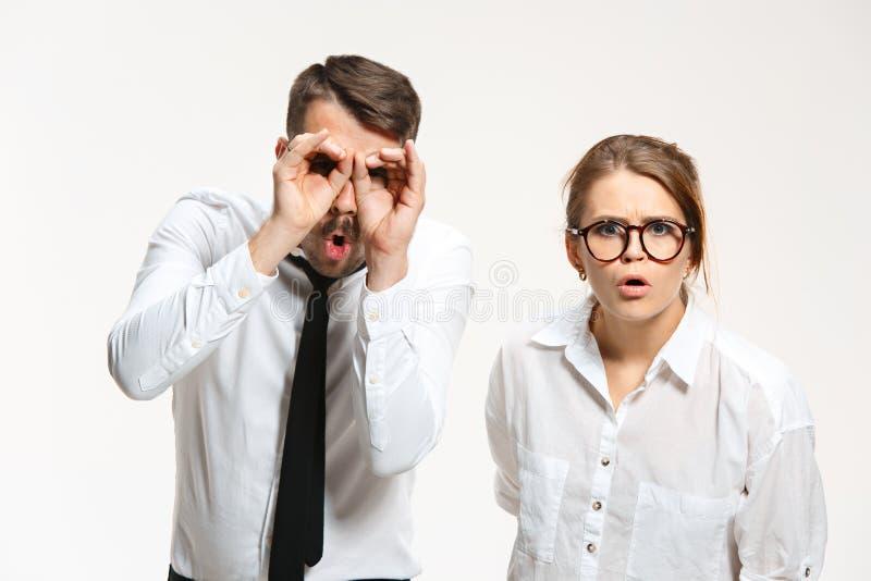 Riuscite coppie di affari all'ufficio che esamina macchina fotografica fotografia stock libera da diritti