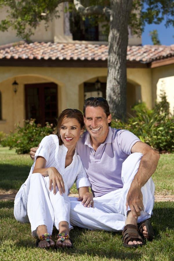 Riuscite coppie felici amorose che si siedono all'esterno immagini stock libere da diritti