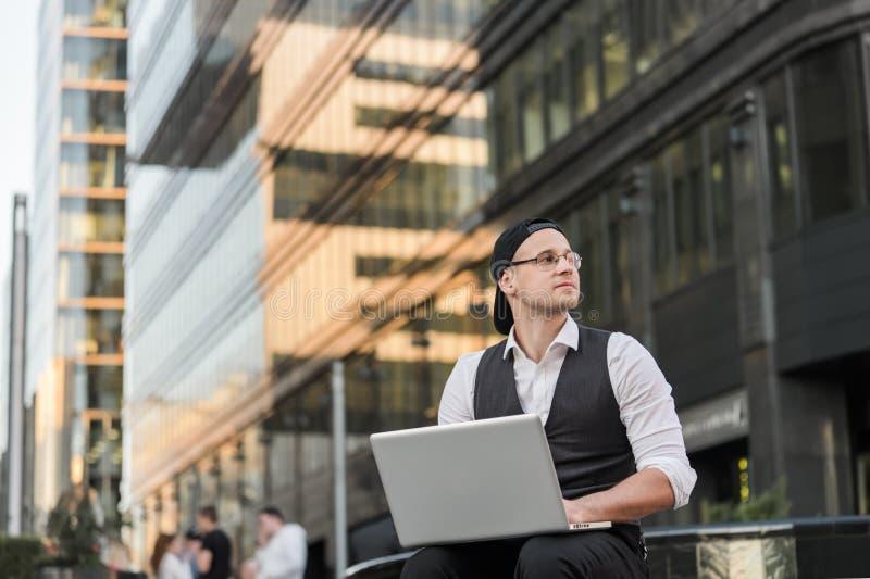 Riuscite free lance che lavorano con il computer portatile fuori dell'ufficio fotografia stock libera da diritti