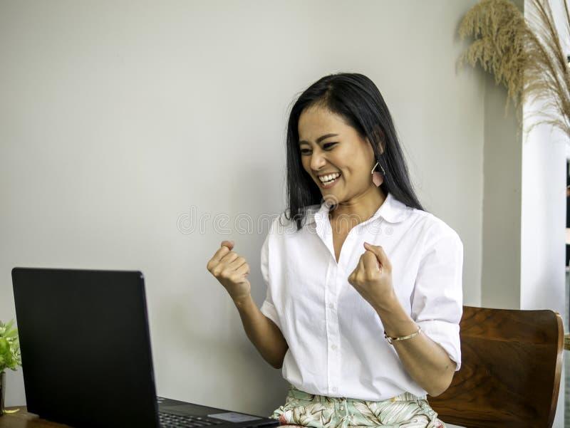 Riusciti bei giovani imprenditori asiatici che raggiungono gli scopi immagine stock