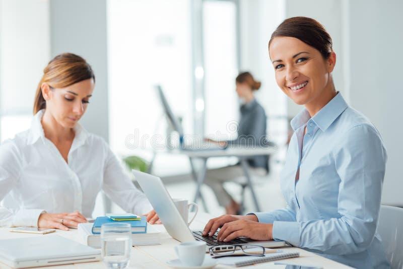 Riusciti imprenditori delle donne sul lavoro immagine stock