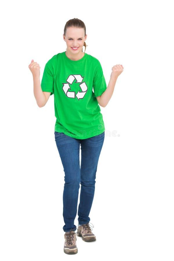 Riuscito attivista abbastanza ambientale che alza i suoi pugni fotografia stock