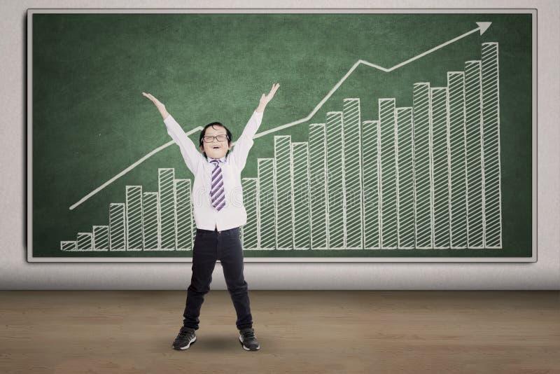 Riuscito bambino e grafico finanziario immagini stock