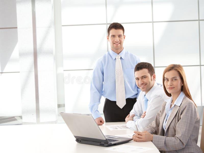 Riuscito businessteam che sorride felicemente immagine stock libera da diritti