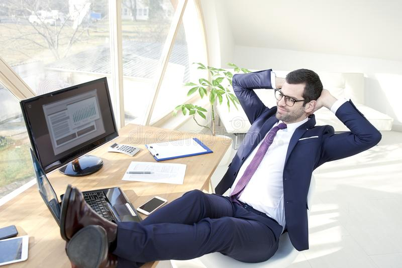 Riuscito giovane uomo d'affari all'ufficio fotografia stock