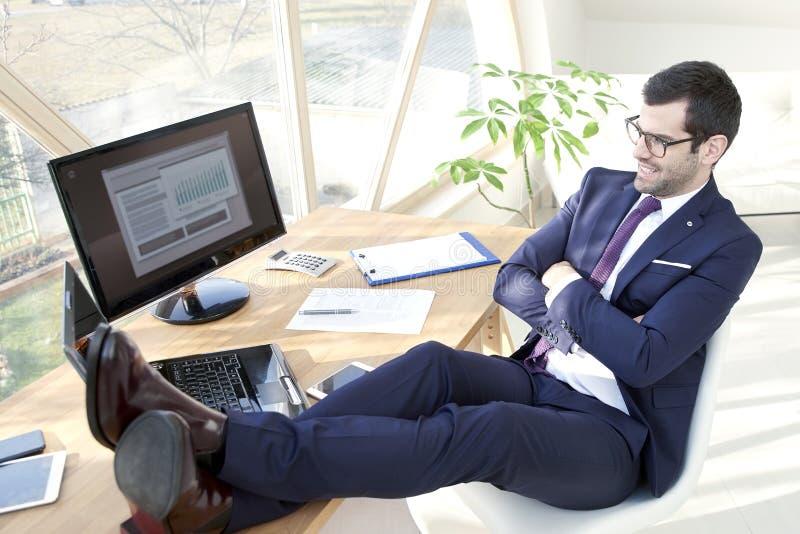 Riuscito giovane uomo d'affari all'ufficio immagini stock libere da diritti