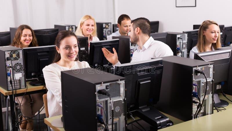 Riuscito gruppo al PC in ufficio immagini stock libere da diritti
