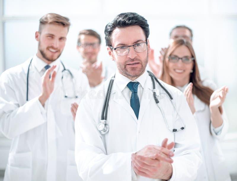 Riuscito medico, accettante le congratulazioni dai colleghi fotografie stock libere da diritti