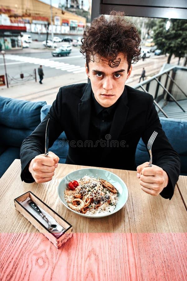 Riuscito piccolo imprenditore pranzando in un ristorante di lusso fotografie stock