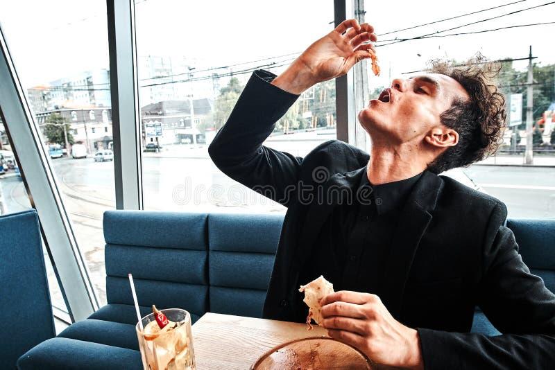 Riuscito piccolo imprenditore pranzando in un ristorante di lusso fotografia stock