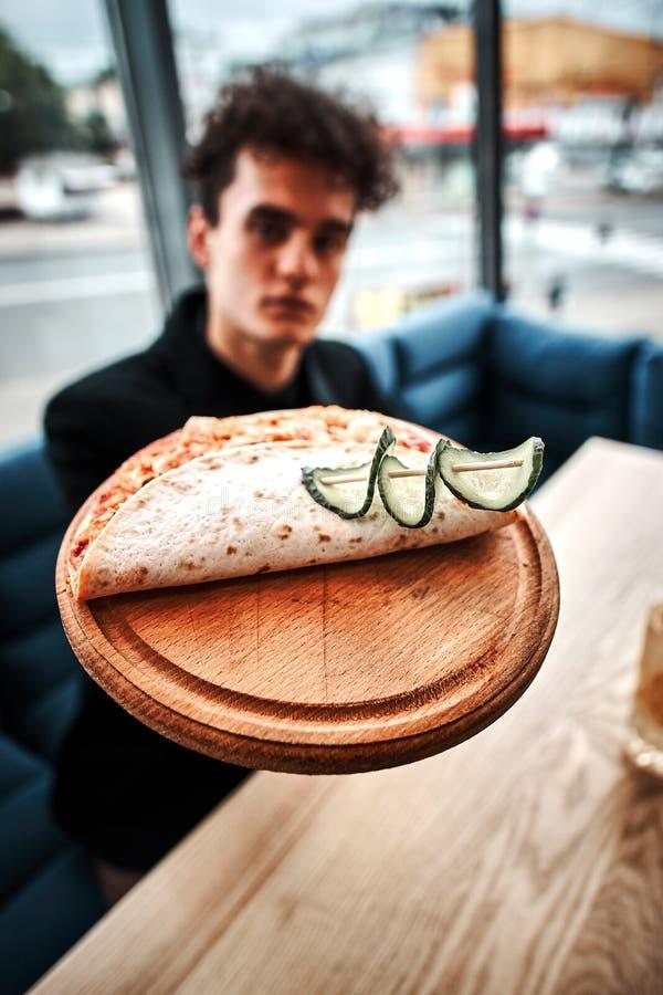 Riuscito piccolo imprenditore pranzando in un ristorante di lusso immagini stock libere da diritti