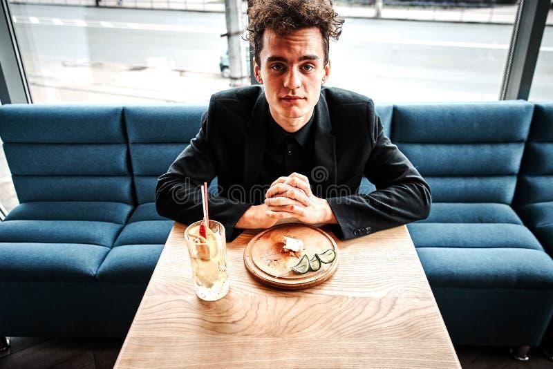 Riuscito piccolo imprenditore pranzando in un ristorante di lusso fotografia stock libera da diritti