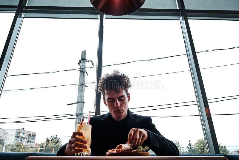 Riuscito piccolo imprenditore pranzando in un ristorante di lusso immagine stock