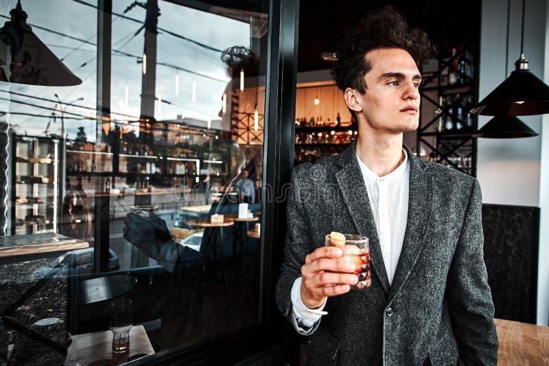 Riuscito piccolo imprenditore pranzando in un ristorante di lusso fotografie stock libere da diritti