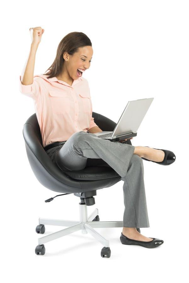 Riuscito pugno di With Laptop Clenching della donna di affari fotografia stock libera da diritti