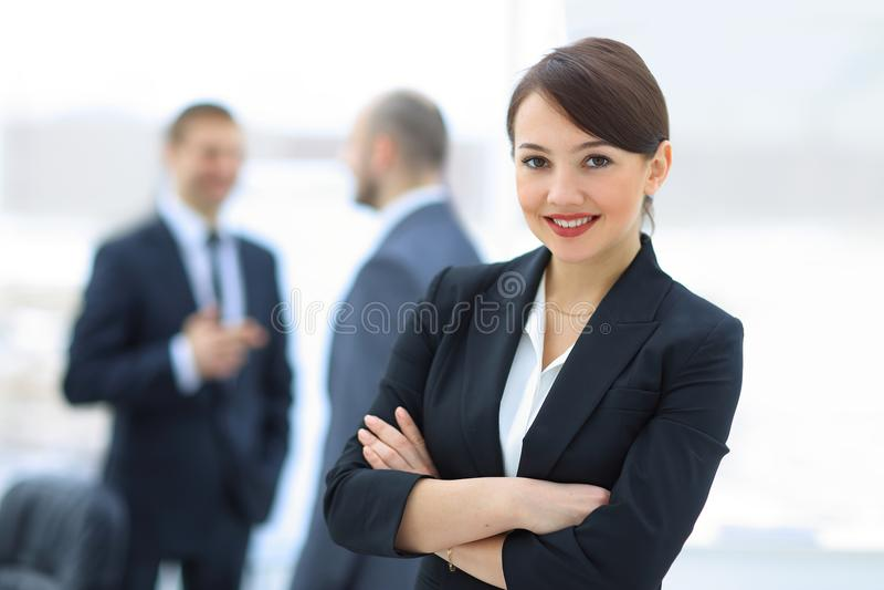 Riuscito responsabile della donna nei precedenti dell'ufficio immagini stock libere da diritti