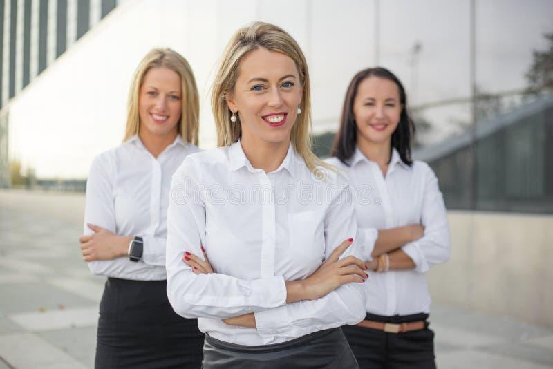 Riuscito sorridere delle donne di affari fotografia stock libera da diritti