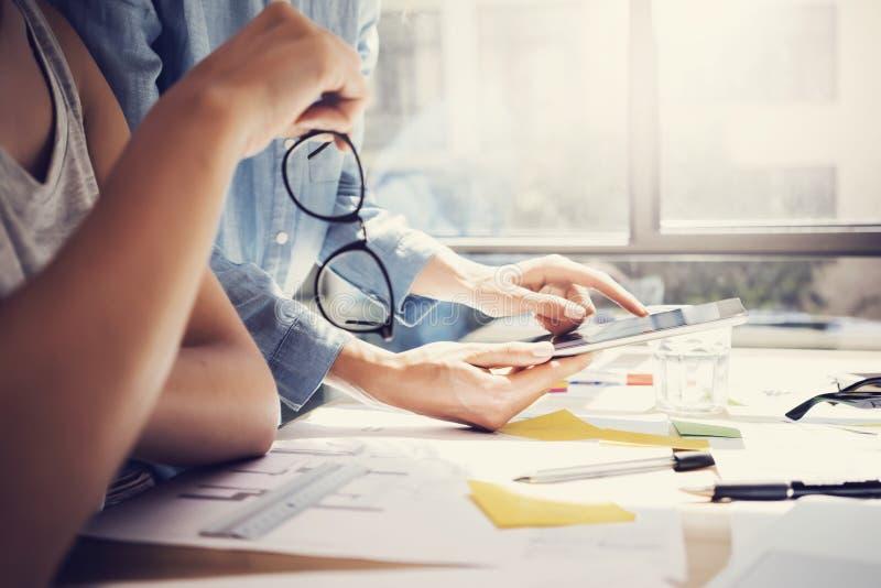 Riuscito ufficio del sottotetto di interior design di Team Analyze Business News Modern degli Account Manager Colleghe che usando immagine stock