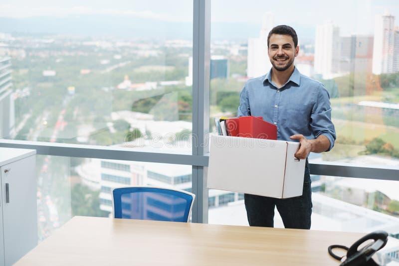 Riuscito ufficio sicuro di Moving To New dell'uomo d'affari che esamina macchina fotografica fotografia stock