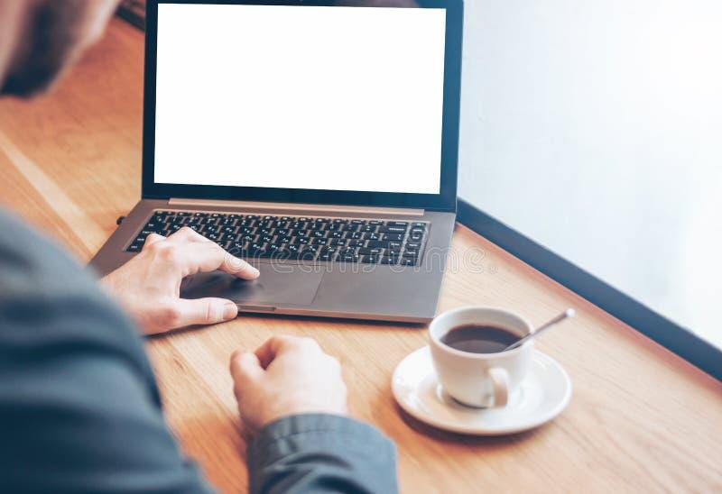 Riuscito uomo barbuto calvo adulto in vestito con il computer portatile in caff? fotografie stock