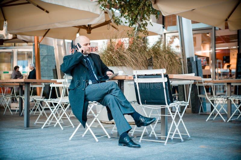 Riuscito uomo d'affari alla moda elegante sul telefono fotografie stock