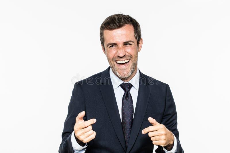 Riuscito uomo d'affari barbuto che ride e che sorride con il gesto di mano rilassato fotografie stock
