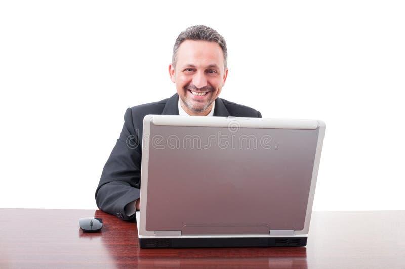 Riuscito uomo d'affari esecutivo che per mezzo del computer fotografia stock