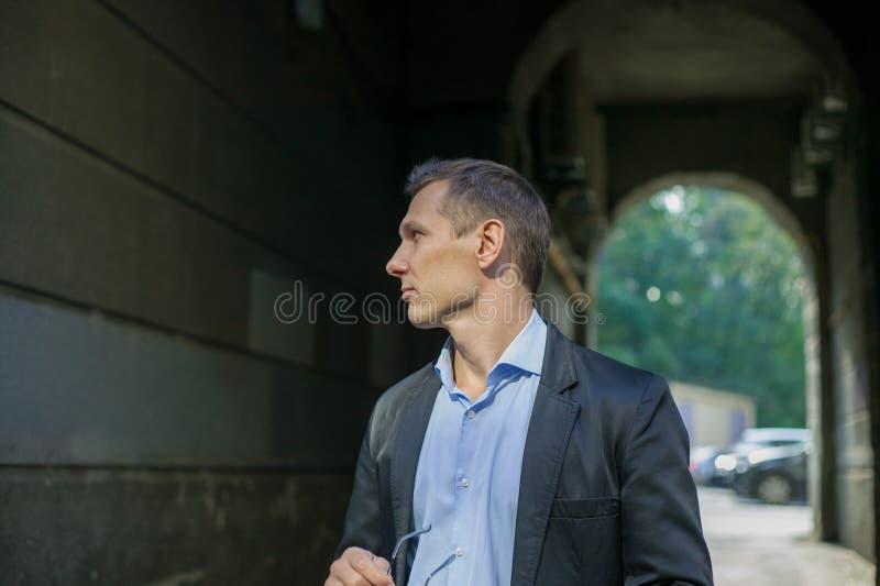 Riuscito uomo d'affari in vestito certamente che sta nella città fotografie stock libere da diritti
