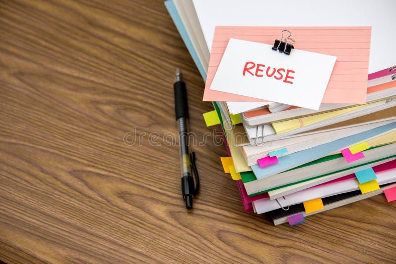 Riutilizzazione; Il mucchio dei documenti di affari sullo scrittorio fotografia stock libera da diritti