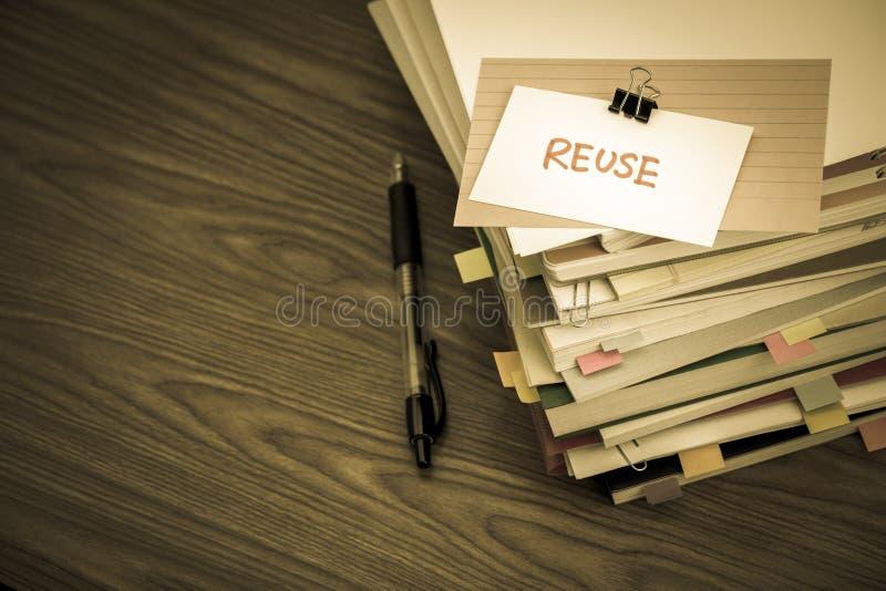 Riutilizzazione; Il mucchio dei documenti di affari sullo scrittorio fotografie stock libere da diritti
