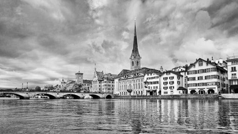 Riva del fiume con architettura caratteristica nel vecchio centro urbano, Zurigo, Svizzera fotografia stock libera da diritti